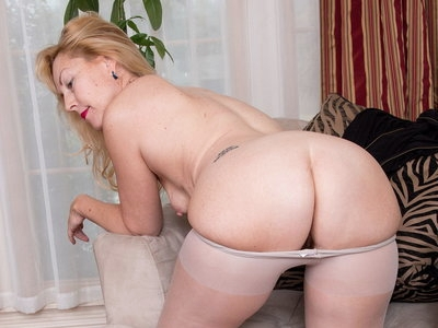 American milf Justine pleasures her hairy and nyloned pussy