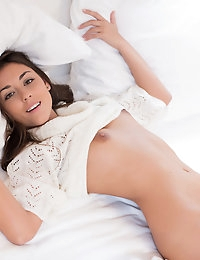 Super hot brunette Iwia playing in her white bed