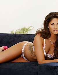 Aspen Rae teases out of her hot bikini